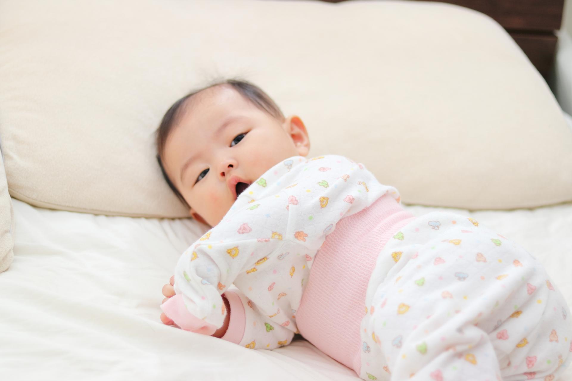 ベッドに横たわる赤ちゃん