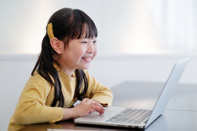 パソコンで遊ぶ女の子