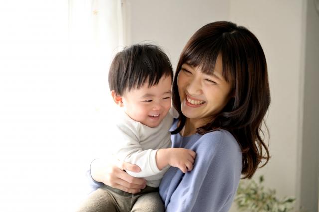 赤ちゃんを抱く女性