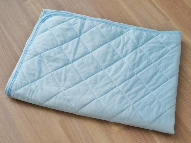 青い敷きパッド