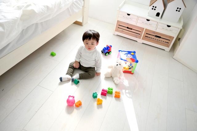 子供部屋で遊ぶ男の子