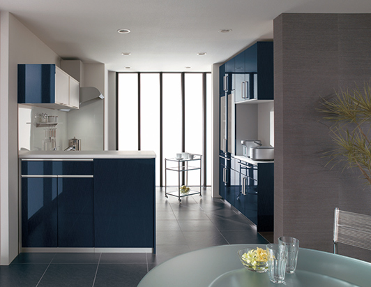 暗い青のキッチン