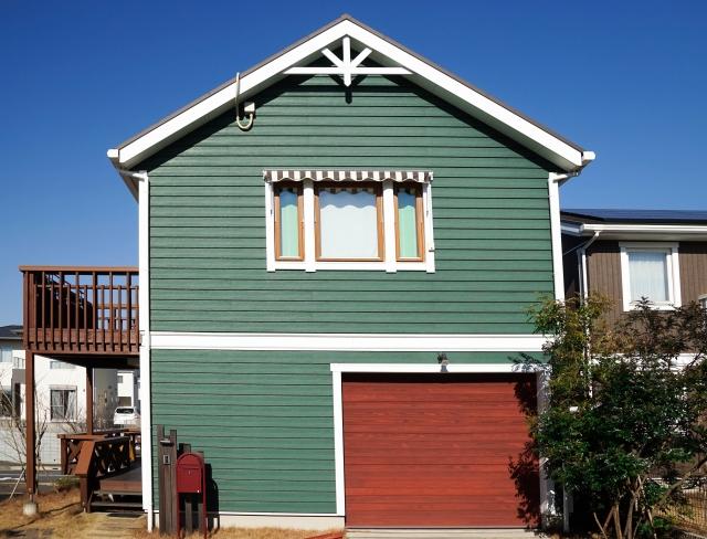 緑と赤の外壁の家