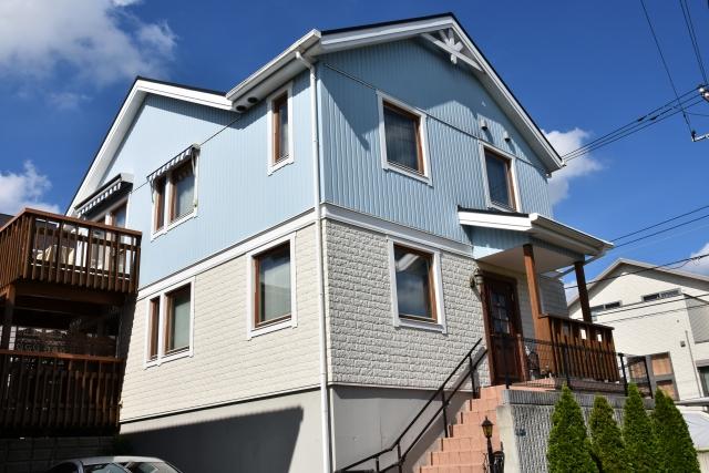 水色とクリーム色の外壁の家2