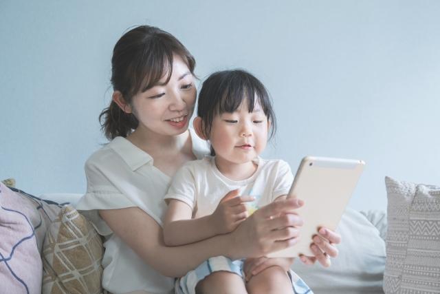 タブレットで遊ぶ母と子