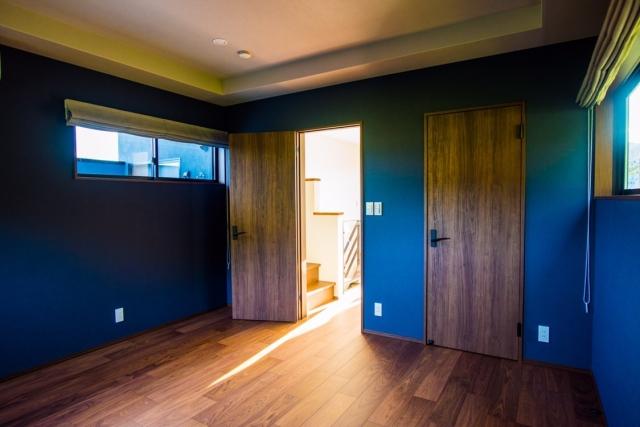 青い壁紙の部屋2