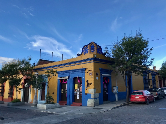 黄色と青紫の外壁の家