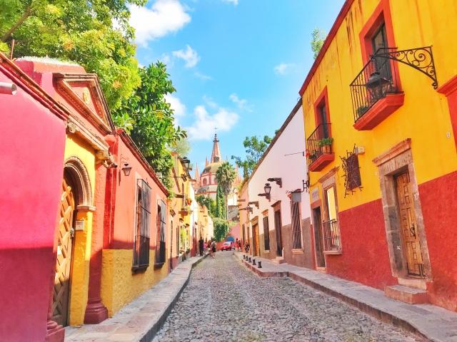 黄色と赤の外壁の家